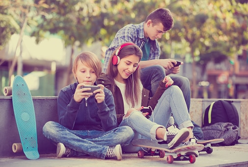 teenagers and smartphones